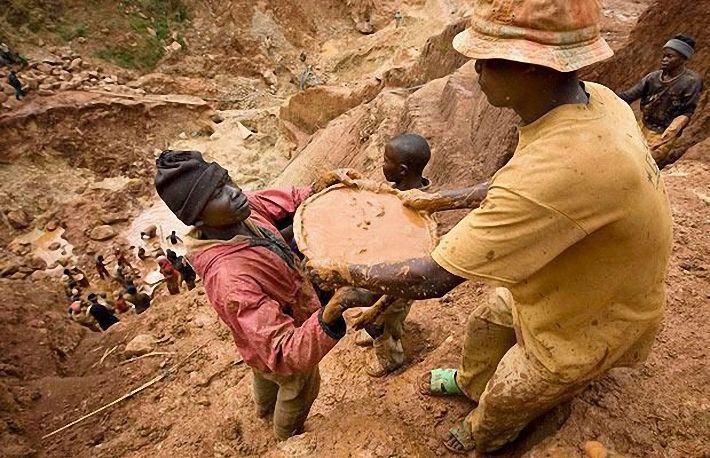 Добыча золота методом промывки в Конго