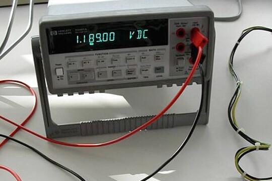 Измерительный прибор - вольтметр - драгоценные металлы